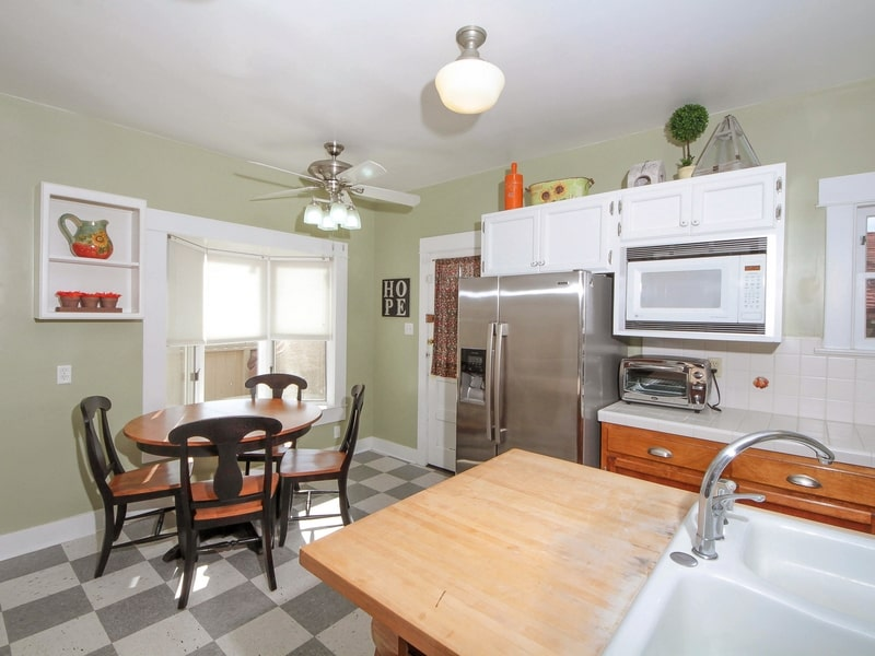 Kitchen_with_Breakfast_Nook-min